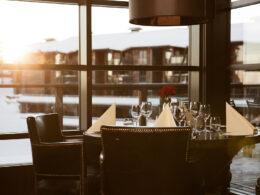 Bord som står klart til gjester på Fjellet Restaurant på hotellet