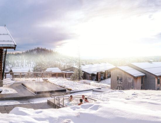 Vintebilde av flere som sitter ute i boblebadet på Norefjell Ski & Spa