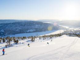 I slalombakkene på en flott vinterdag med sol midt i bakken på Norefjell.